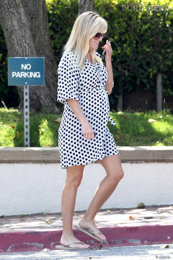 Féminine et raffinée, Reese Witherspoon met en valeur ses rondeurs dans une petite robe bain de soleil à pois.