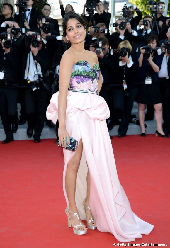 Freida Pinto porte une robe Michael Angel.