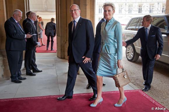 Tailleur vintage pour Charlene Wittstock qui copie la Reine d'Angleterre en accordant ses escarpins.