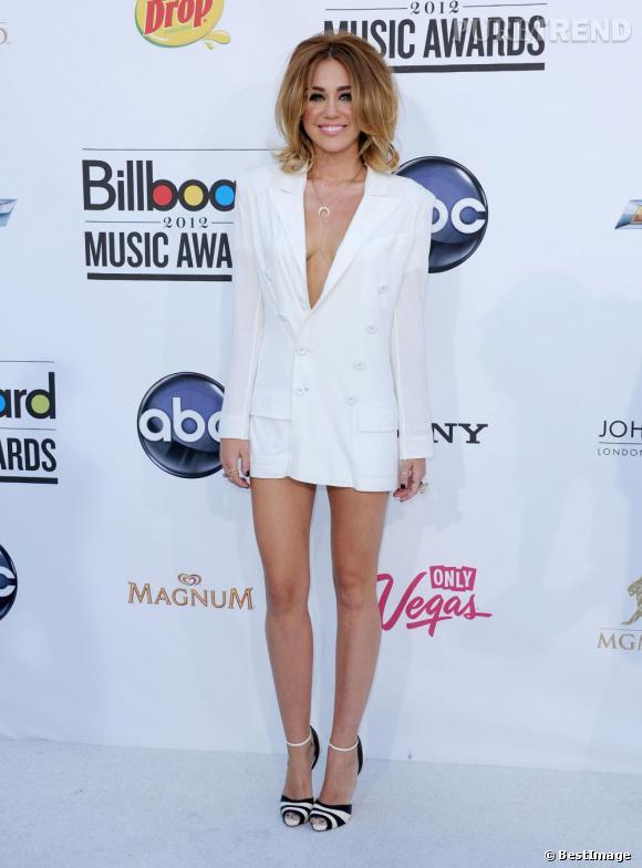 Miley Cyrus a oublié son soutien-gorge à la maison. Oups ! On frôle le vulgaire !