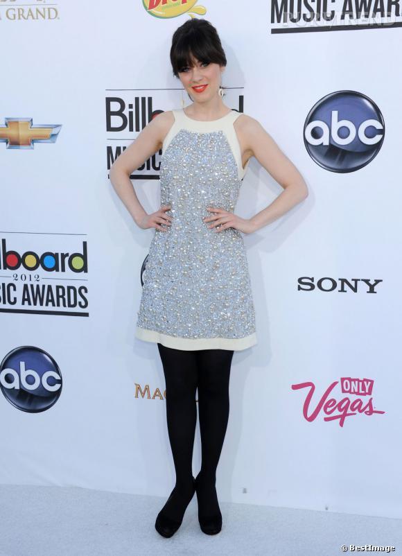Zooey Deschanel en robe bijou Moschino et escarpins noirs plateformes Miu Miu. Une vraie sugar doll.