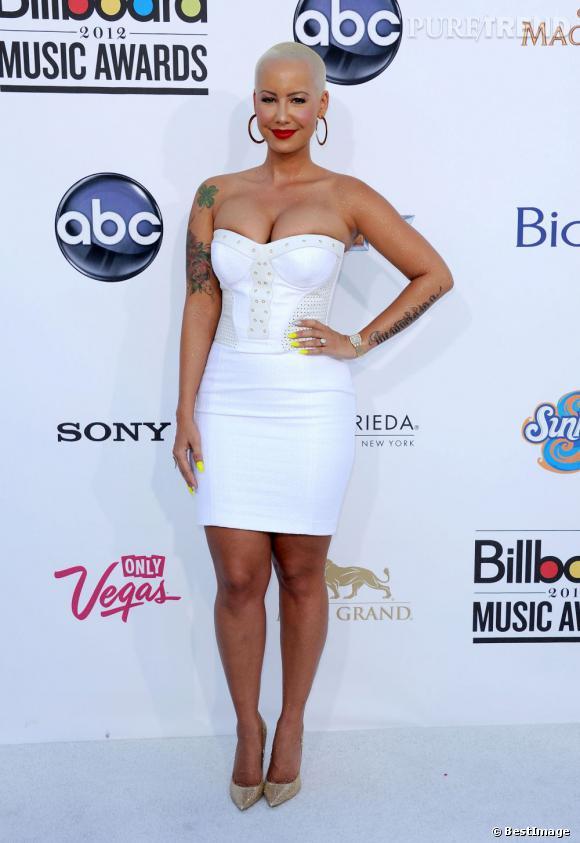 Amber Rose semble s'être trompée de taille. Sa robe blanche bustier est légèremen étriquée pour sa poitrine débordante.