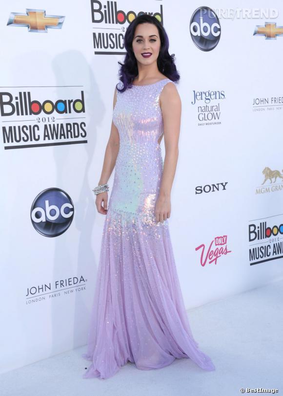 Katy Perry joue les sirènes dans une robe à sequins violet pastel Blumarine. Elle seule a le luxe d'assortir sa chevelure à ses tenues.