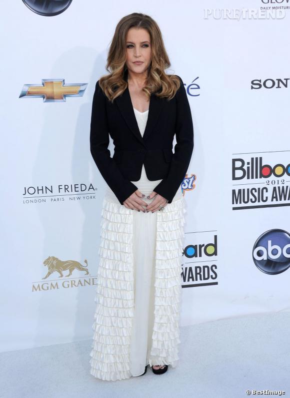 Lisa Marie Presley ose le froufrou en satin couleur crème.