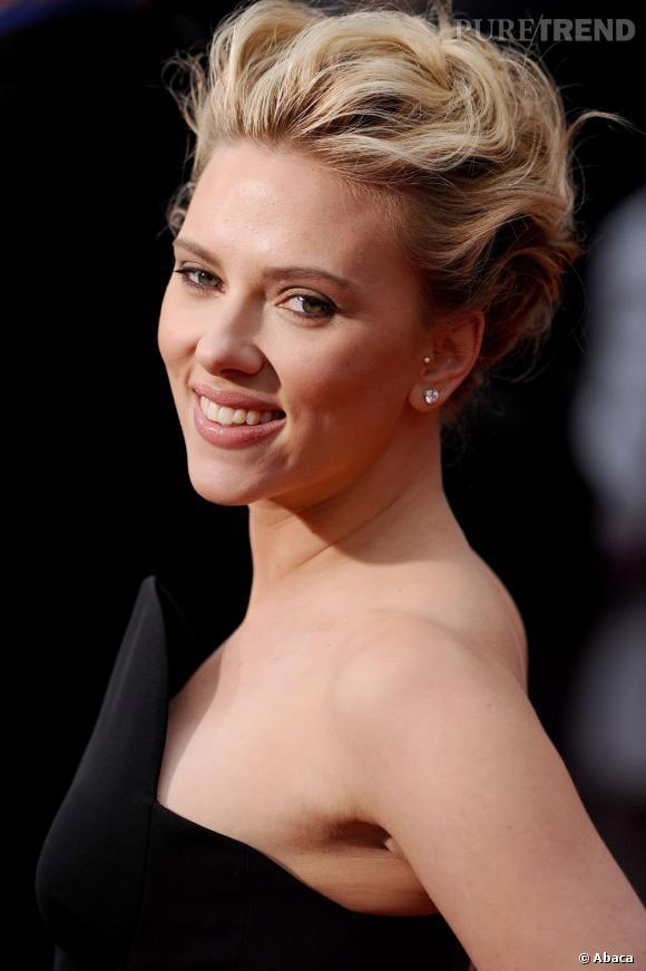 Scarlett Johansson et sa bouche charnue naturelle sont une invitation au baiser.