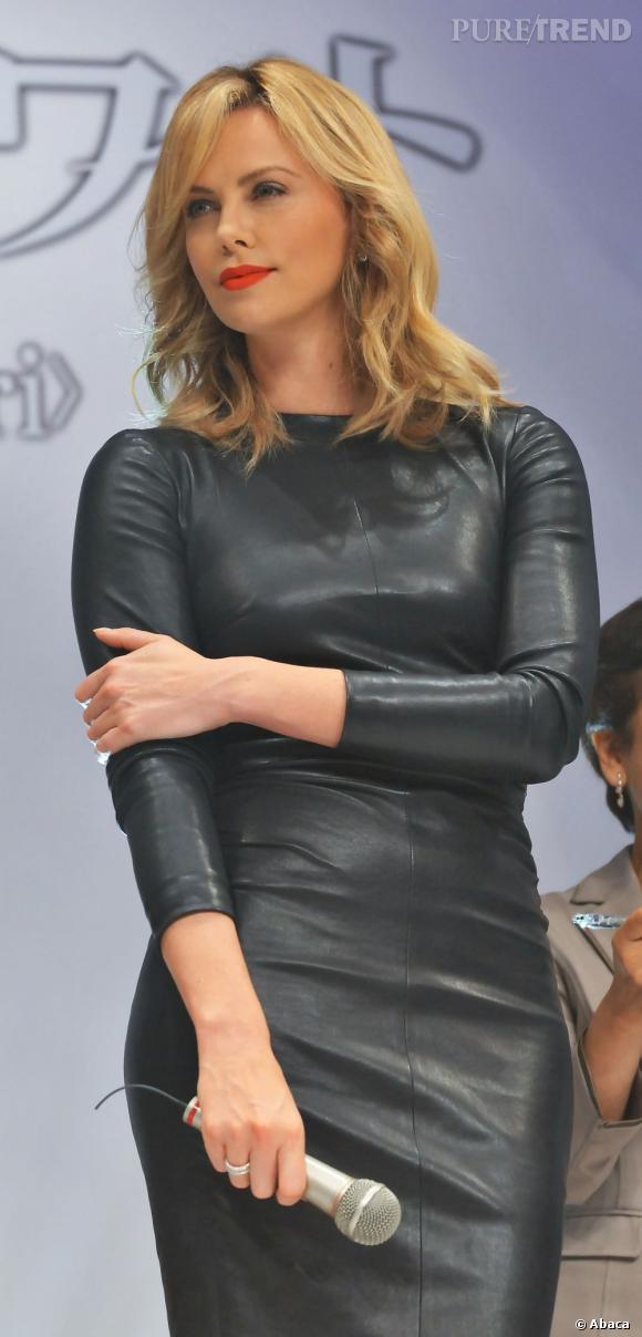"""Charlize Theron à une conférence de presse pour """"Blanche Neige et le Chasseur"""" à Tokyo."""