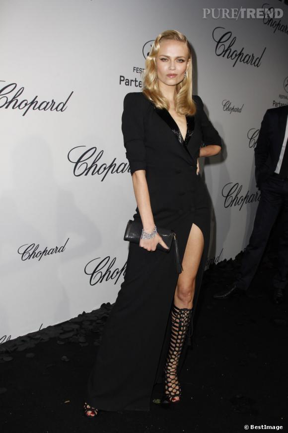 Une robe fendue et des bottes cages : Natasha Poly est dangereusement sexy et l'assume