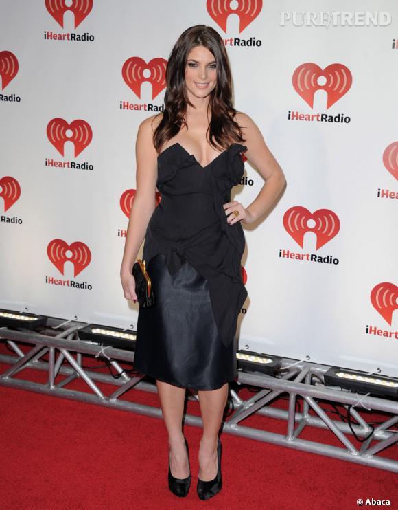 Ashley Greene très décolletée dans sa robe Vivienne Westwood.