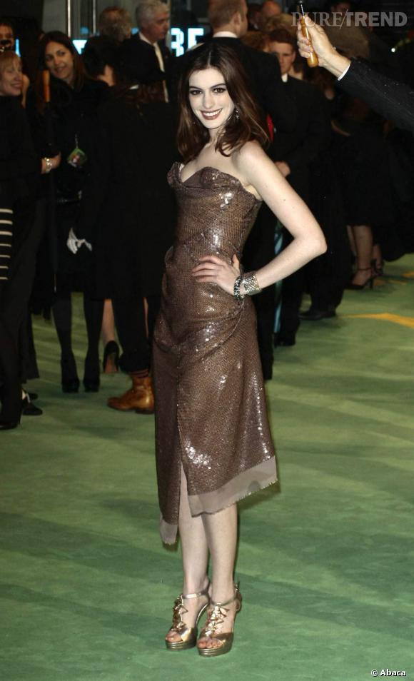 Pluie de sequins pour Anne Hathaway en Vivienne Westwood.