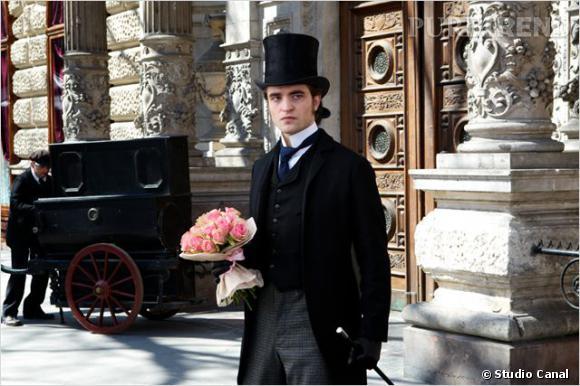 """Film : """"Bel Ami"""". Tiré du livre : """"Bel Ami"""" de Maupassant. Acteurs principaux : Robert Pattinson, Uma Thurman, Kristin Scott Thomas. Sortie au cinéma : le 27 juin 2012."""