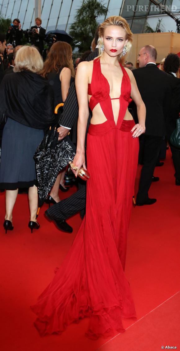 Natasha Poly enflamme Cannes avec sa robe rouge au décolleté impressionnant