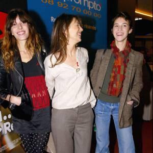 Jane Birkin entre ses deux filles. À droite, Charlotte Gainsbourg, baba-cool mais chic, comme sa mère. À gauche, Lou Doillon, de plus en plus rock'n'roll.