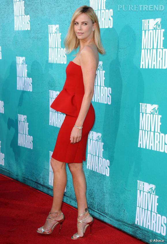 Charlize Theron en robe rouge passion Lanvin.