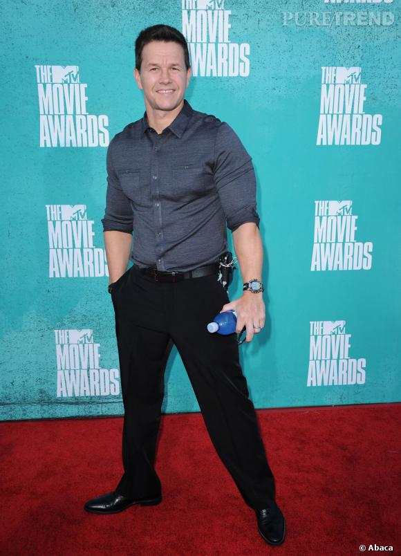 Mark Wahlberg apporte sa propre bouteille sur tapis rouge.