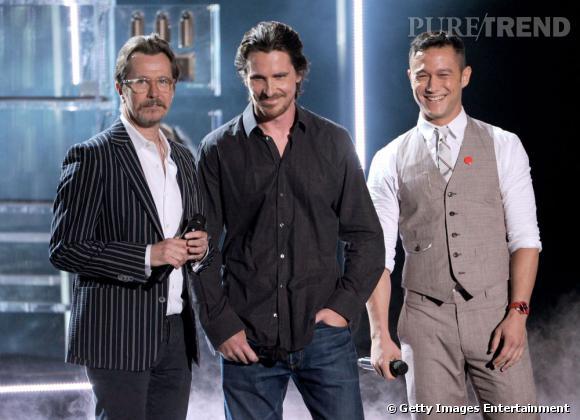 Gary Oldman, Christian Bale et Joseph Gordon-Levitt jouent les présentateurs.