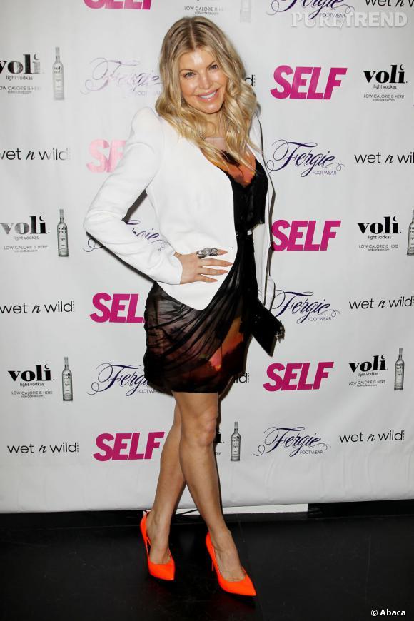 Fergie s'est transformée en coucher de soleil géant. Chaussures, robes, maquillage : l'orange domine !