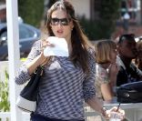 Alessandra Ambrosio se contente du strict minimum stylistique.