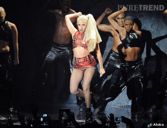 Lady Gaga se prend une barre de fer pendant un de ses concerts.