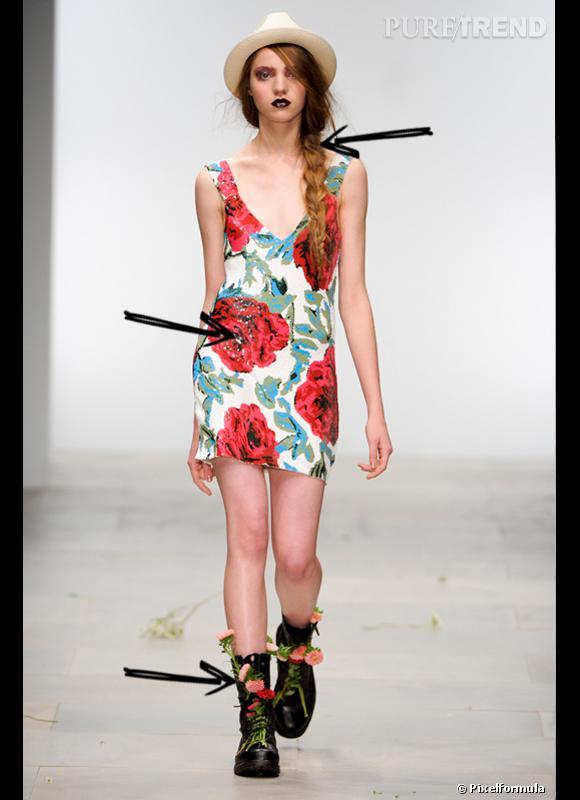 Comment porter les chaussures plates cet été 2012 ?  Comme chez Ashish on ose associer des bottes grunge avec une petite robe fleurie.  Défilé Ashish Printemps-Eté 2012