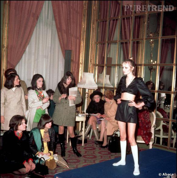 Le modèle Twiggy présente une collection de chaussettes et collants au Ritz