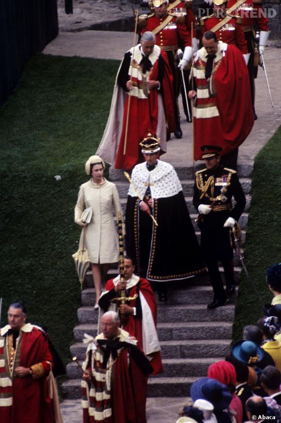 La reine Elizabeth II et le duc d'Edimbourg escortent leur fils, le prince de Wales, après son investiture le 1er juillet 1969