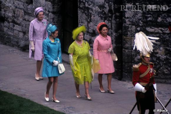 La Princesse Anne, la reine mère et la princesse Margaret arrivent à l'investiture du Prince de Wales. Les tailleurs colorés sont déjà de mises !