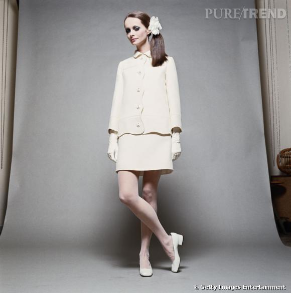 Une mannequin pose en tailleur blanc