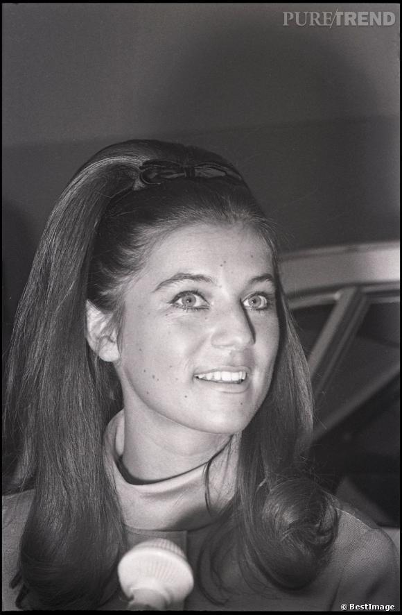 """Sheila lors de l'enregistrement de l'émission """"Salut les copains"""". La chanteuse affectionne particulièrement cette coiffure volumineuse"""
