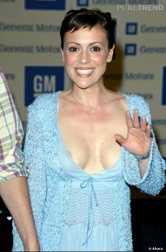 Hey salut Alyssa Milano ! Ton sein déborde !