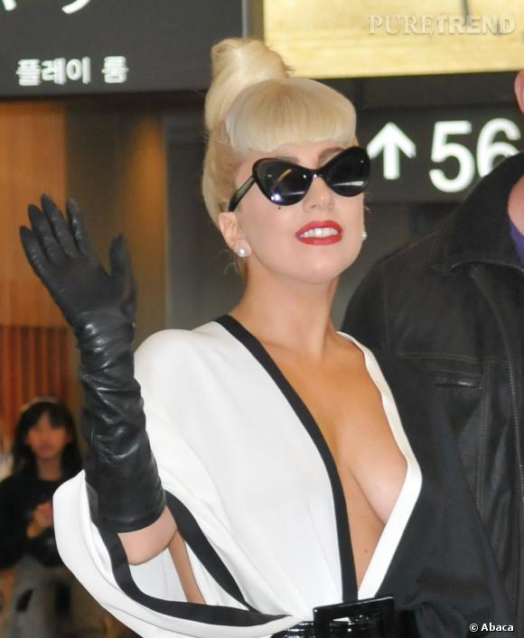 Lady Gaga, la reine de la démesure ne porte que très rarement de soutifs avec ses robes décalées.