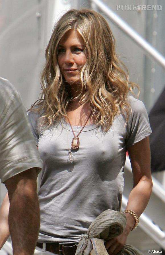 Jennifer Aniston est très souvent sans soutien-gorge, attention ça pointe !