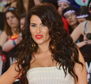 Nelly Furtado essaie de se faire remarquer avec une robe blanche et des ongles flashy