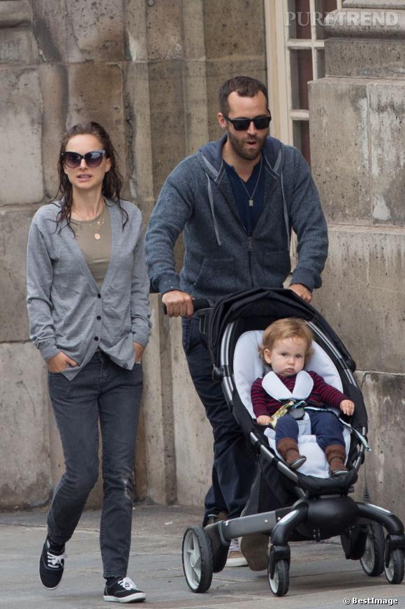 Natalie Portman et sa famille dans les rues de Paris.