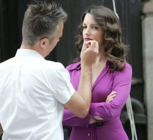 Kristen Davis se fait maquiller pour une publicité Maybeline.