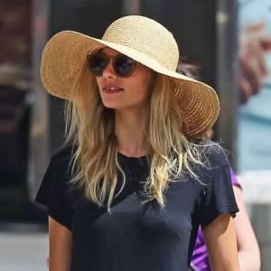 Jessica Hart ne craint pas le soleil avec sa large capeline en raphia. La star l'associe avec une pochette, tout aussi nature.