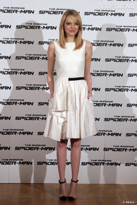 Emma Stone opte pour une robe blanche Jason Wu et des escarpins Louboutin...