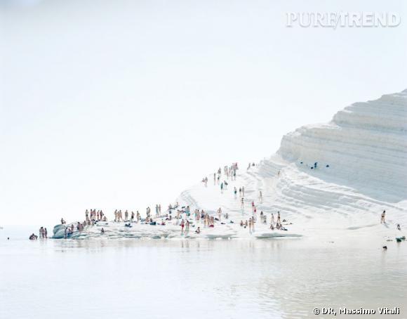 La photographie de Massimo Vitali qui a inspiré le parfum Lumière Blanche d'Olfactive Studio. Il s'agit d'une plage en Sicile.
