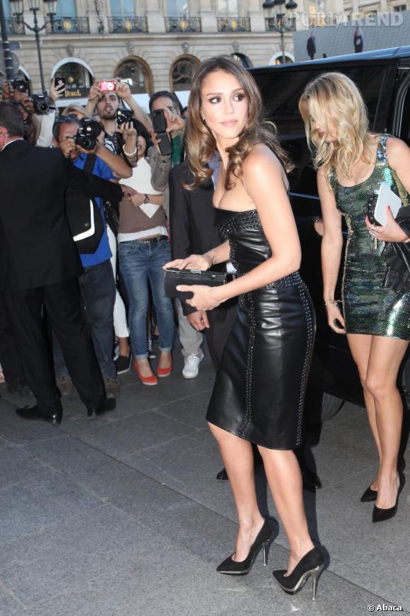 Jessica Alba est venue à Paris pour le défilé Versace. On ne doute pas qu'on pourra la croiser du côté de Saint Germain des Près.