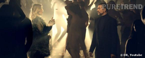 Kate Moss semble détenir le destin du chanteur dans sa main au moment où elle lance une pièce en l'air