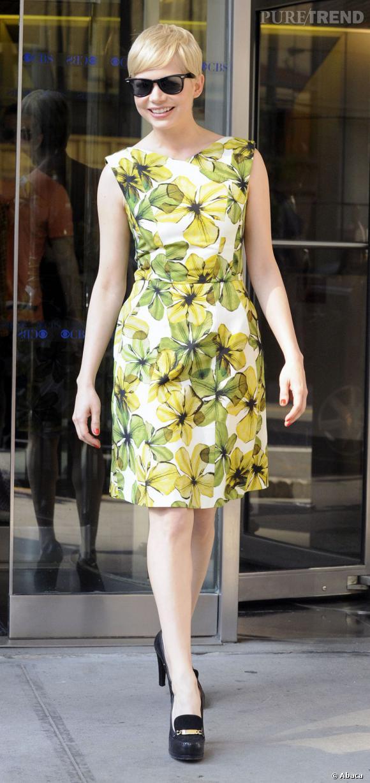 Depuis qu'elle a joué le rôle de Marilyn Monroe, il semblerait que Michelle Williams ait du mal à lâcher son personnage. Crinière platine, robe fleurie coupe 50's et lunettes cat's eyes... tout y est !