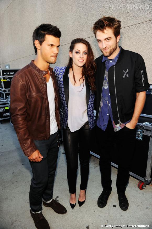 Kristen Stewart toujours aussi bien entourée depuis le début de la saga. On notera la coordination avec Robert Pattinson.