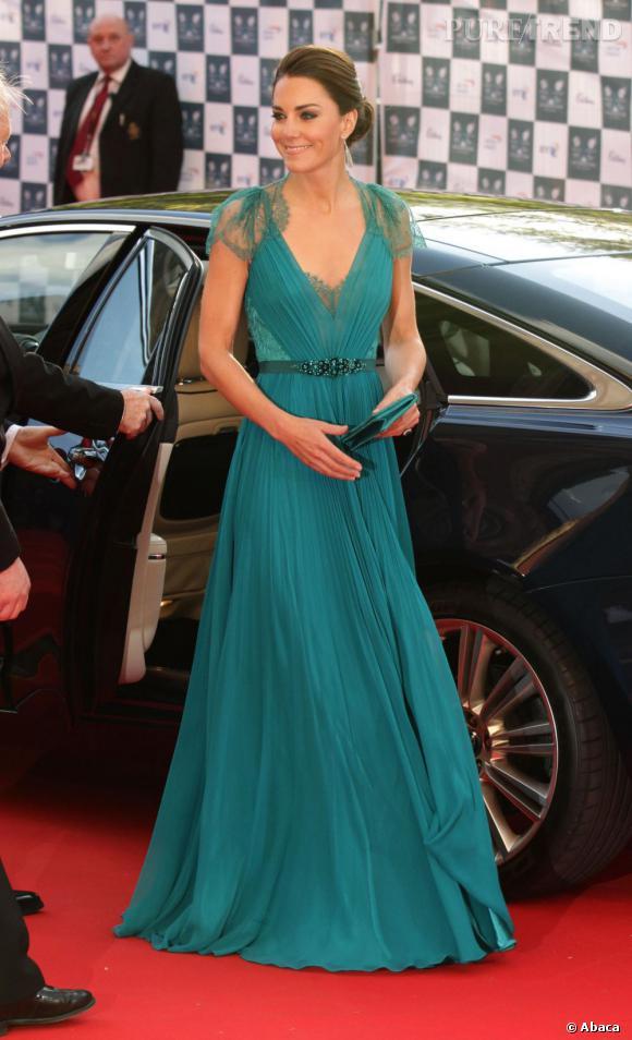 Robe Jenny Packham pour Kate Middleton et chaussures Jimmy Choo cachées mais déjà portées, la Duchesse est sublime pour 2.050 £, le prix de la robe.