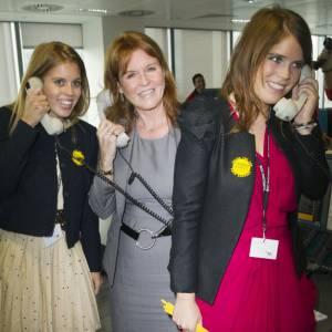 """""""Allo ?"""", """"Allo ?"""", """"Allo ?"""" : La duchesse de York et ses filles les princesses Beatrice et Eugenie amusent les photographes."""