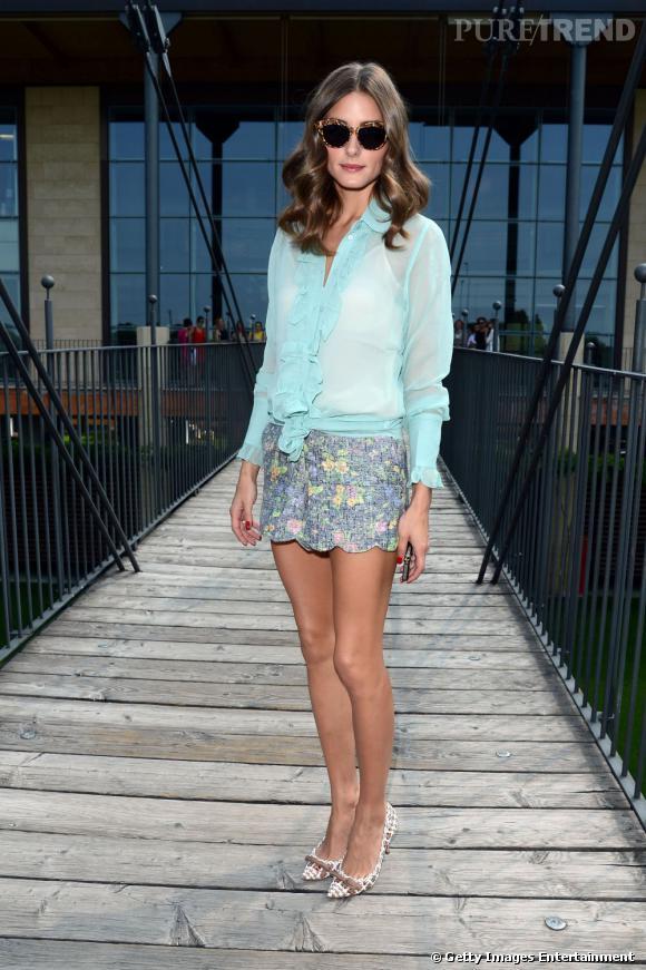 Pour sa première tenue, Olivia Palermo adopte un look estival plein de fraîcheur dans les tons pastel.