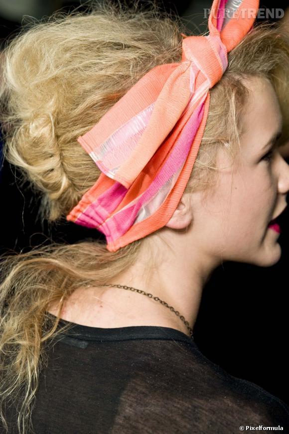 Le foulard girly 80's façon noeud    Défilé Marc By Marc Jacobs, Printemps-été 2011.