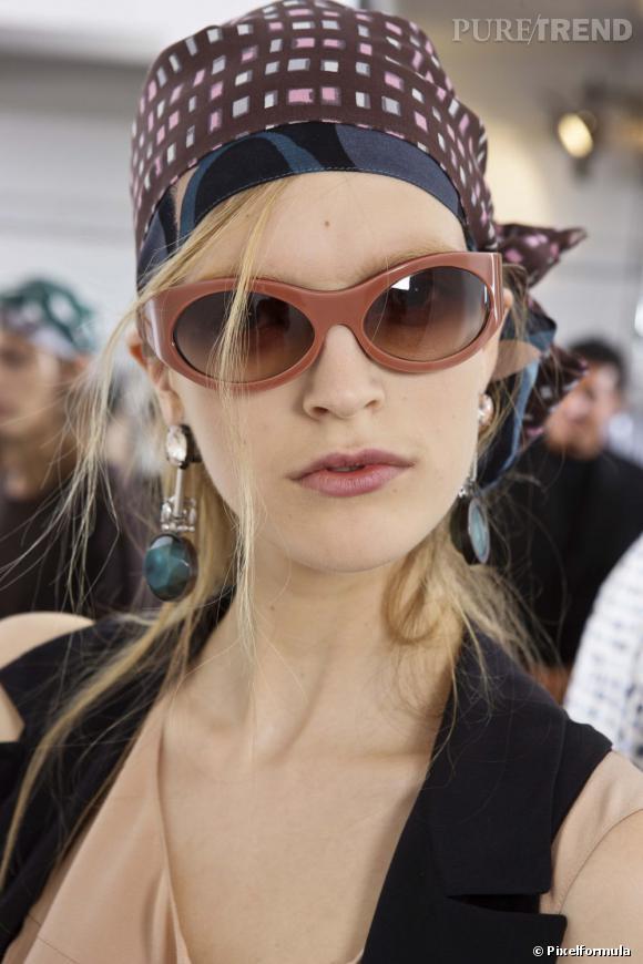 Le foulard noué incognito    Défilé Marni, Printemps-été 2010.