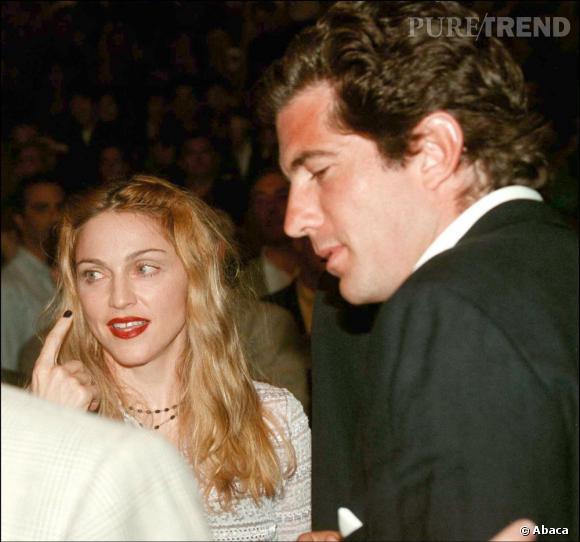 Le playboy de la dynastie Kennedy, c'est lui, le fils de JFK, John John. Il compte un grand nombre de VIP dans son tableau de chasse dont la chanteuse Madonna.