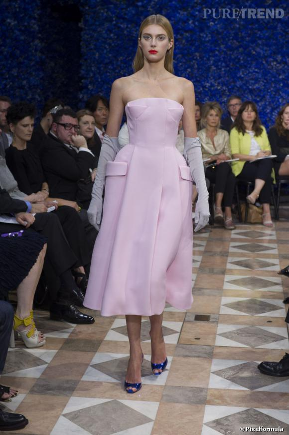 Pas si désuet que ça, le gant est de retour avec nos robes de bal pour l'Automne-Hiver 2012/2013. C'est Raf Simons pour Dior qui l'affirme dans son dernier défilé.