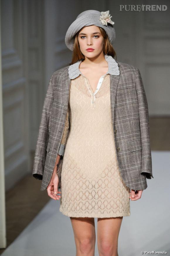 Les podiums ont bien compris le pouvoir de la petite robe sportswear. Agnès B. imagine un modèle en crochet légèrement transparent pour l'hiver 2013, cassant le côté BCBG de la pièce.