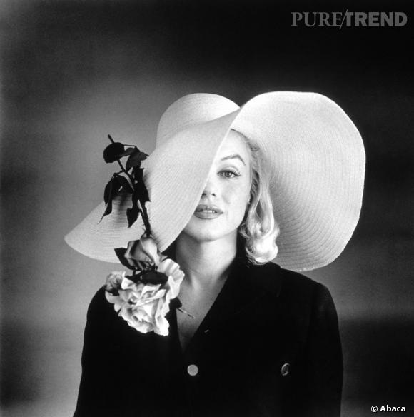 Mystérieuse, Marilyn Monroe aimait jouer avec l'objectif, capeline XXL ajoutant du charme à son jeu.